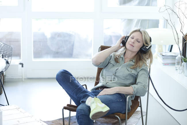Woman hearing music — Stock Photo