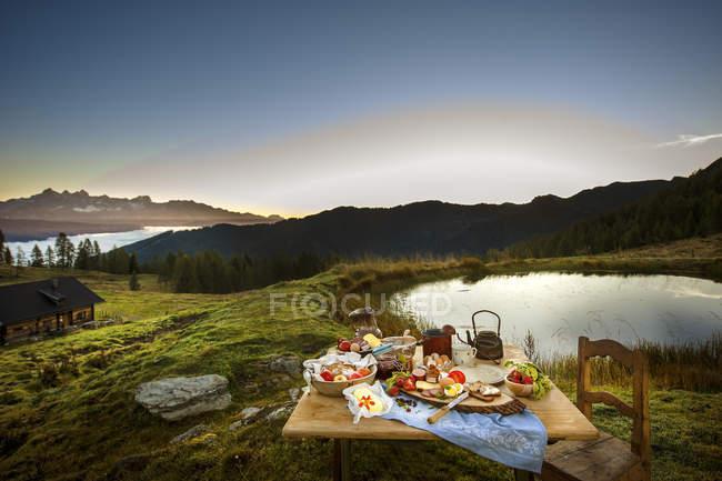 Австрия, Зальцбург государства, Альтенмаркт-Цаухензее, альпийские пастбища, Завтрак утром — стоковое фото