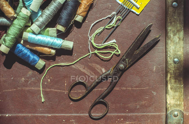 Шпулі, швейні голки, ножиці та теми — стокове фото