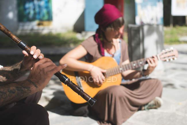 Músicos de la calle haciendo música - foto de stock