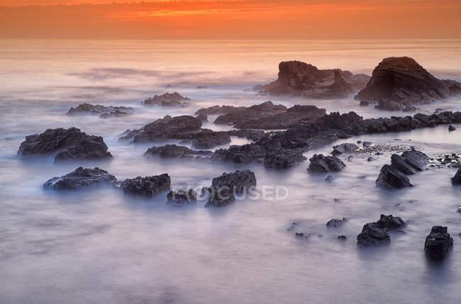Portugal, Alentejo, Odemira, Rochers sur la côte de Lapa das Pombas — Photo de stock
