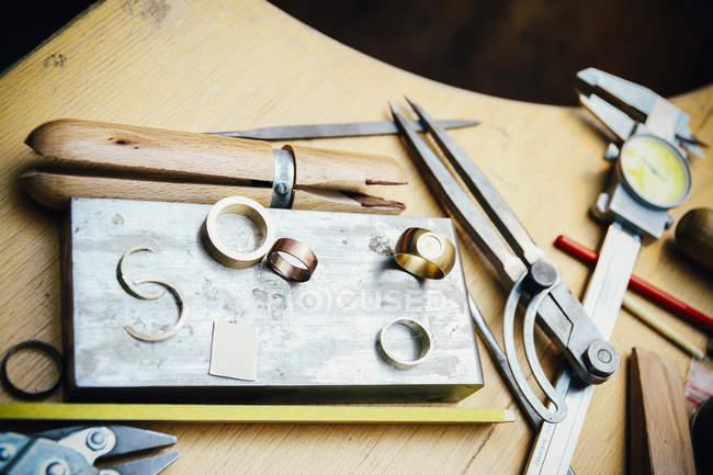 Інструменти та кільця в майстерні ювелір — стокове фото