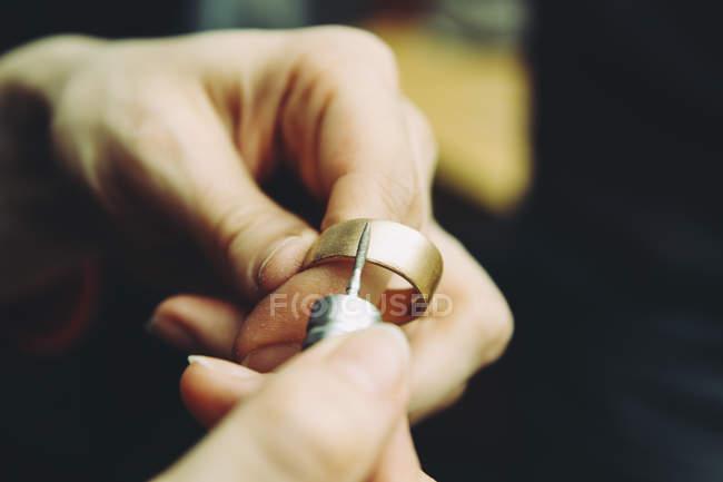 Goldschmied arbeitet an Eheringen — Stockfoto