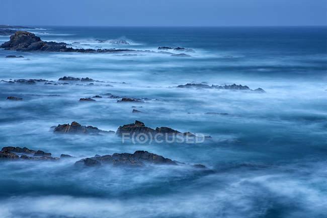 Vue sur les rochers au bord de la mer à Alentejo, Portugal — Photo de stock