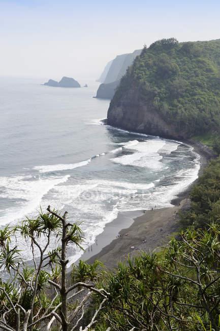 Estados Unidos, Hawai, isla grande, vista desde el valle del chip en la bahía con playa de arena negra - foto de stock