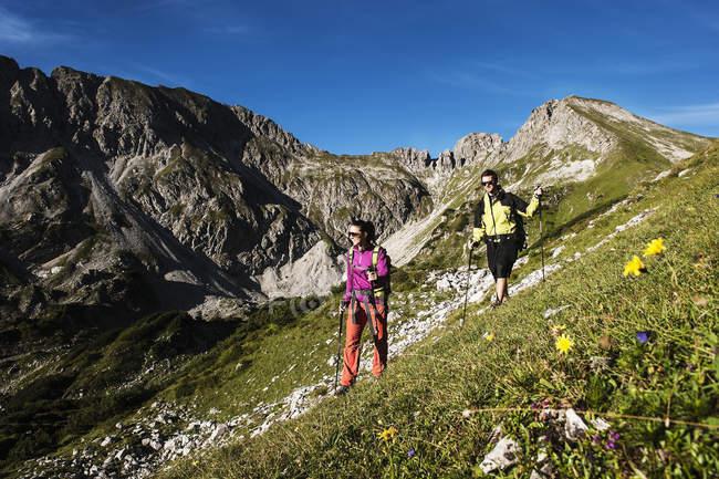 Austria, Altenmarkt-Zauchensee, young couple hiking at Niedere Tauern — Stockfoto
