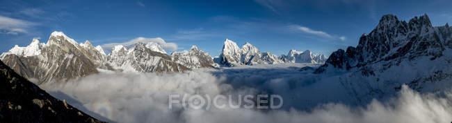 Эверест варьируются от Гокио Ри пик, Панорама, Эверест регион, Кхумбу, Непал — стоковое фото
