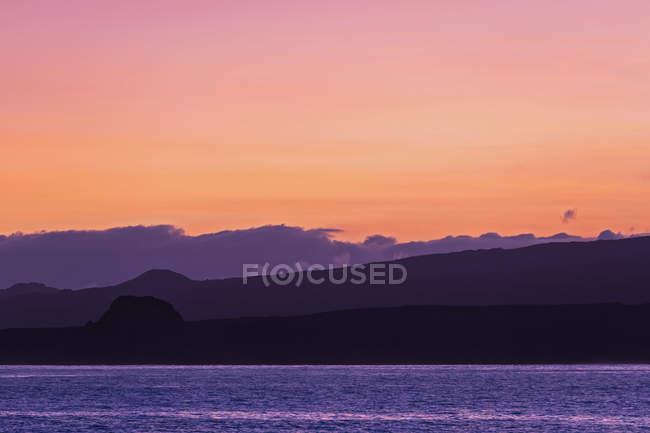 Pazifischer Ozean, Galapagos-Inseln, Sonnenaufgang über der Insel Isabela — Stockfoto