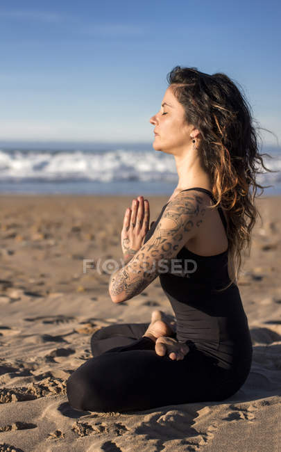 Spain, Asturias, Aviles, woman practicing yoga on the beach — Stock Photo
