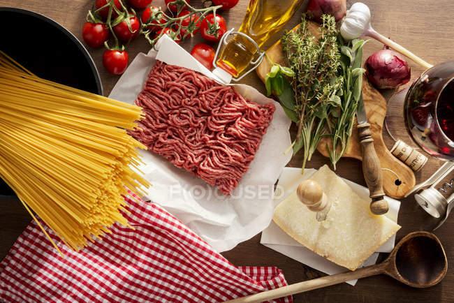 Zutaten für Spaghetti Bolognese auf Tisch — Stockfoto