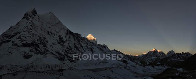 Непал, Кхумбу, Еверест регіон, Amphu Gyabjen з Ама-Даблам та Taboche на сході сонця — стокове фото