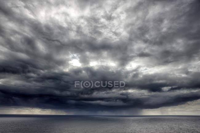 Portugal, costa atlântica, Cabo Espichel e nuvens sobre a água — Fotografia de Stock