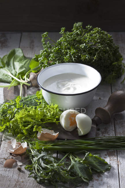 Ingrédients de la sauce verte de Francfort et mezzaluna — Photo de stock