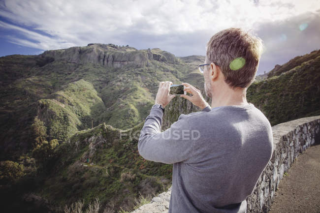 Man taking picture of Vega de San Mateo at Gran Canaria, Canary Islands, Spain — Stock Photo