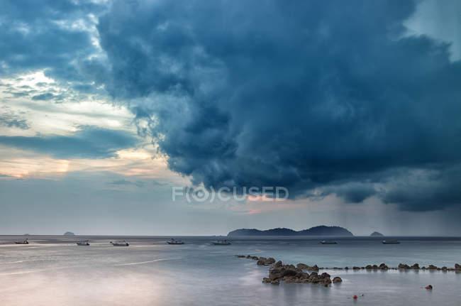 Malaisie, île de Tioman au coucher du soleil à Salang — Photo de stock