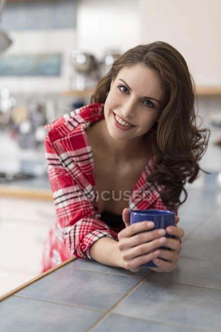 Bere In Caffè Cucina Giovane Sensuale Donna Pigiama Il q6xEqZIOw