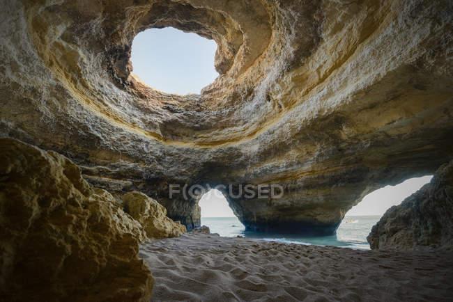 Печера поблизу пляжу Benagil — стокове фото