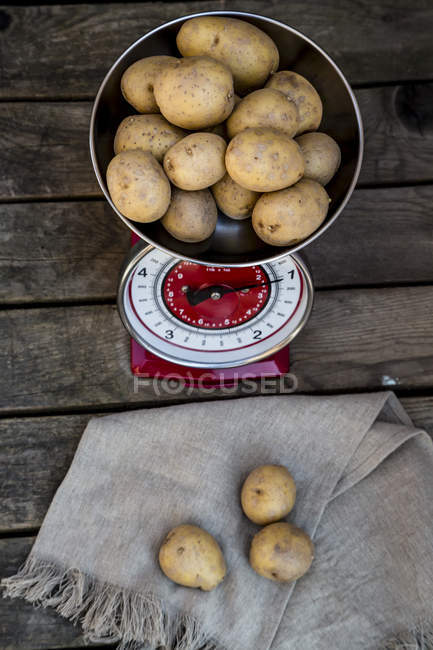 Chilogrammo di patate sulla bilancia da cucina — Foto stock