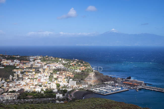 Spain, Canary Islands, La Gomera, view to San Sebastian and Mount Teide of Tenerife in the background — Stock Photo
