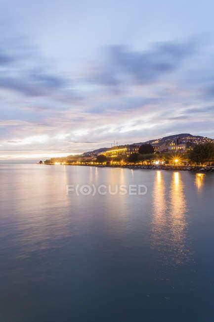 Vue du soir du paysage urbain au crépuscule, Lac Léman, Vevey, Suisse — Photo de stock