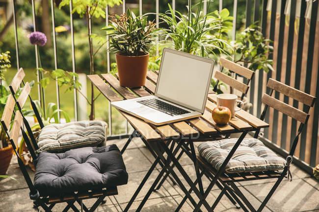 Laptop steht auf Balkontisch — Stockfoto