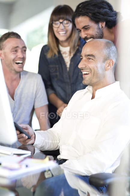 Куповані портрет сміючись колегами в офісі — стокове фото