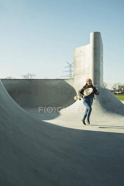 Mädchen läuft im Skatepark mit skateboard — Stockfoto