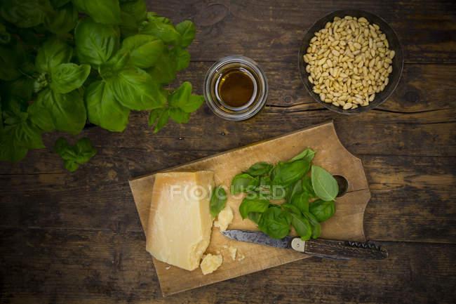 Алла песто Дженовезе, базилік, Пармезан, кедрові горіхи, оливкове масло вид зверху — стокове фото