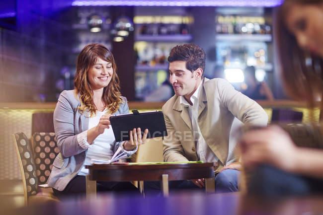 Soci in affari socializzare presso il bar dell'hotel — Foto stock
