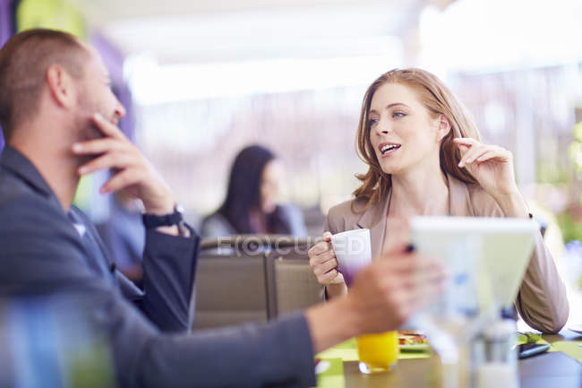 Homme d'affaires et femme d'affaires parlant à table — Photo de stock