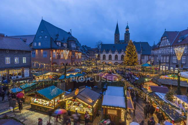 Deutschland, Niedersachsen, Goslar, Weihnachtsmarkt am Abend — Stockfoto