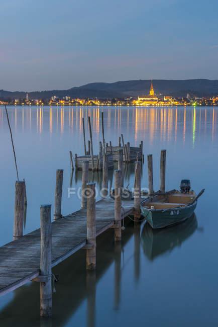 Germany, Lake Constance, jetty in Iznang with illuminated Radolfzell cityscape in background — Stock Photo