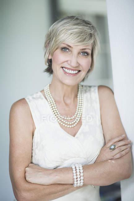 Retrato de mujer madura sonriente - foto de stock