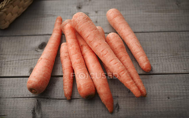 Zanahorias frescas en un montón - foto de stock