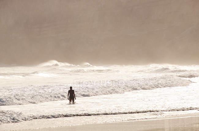 Frauensilhouette im Ozean — Stockfoto
