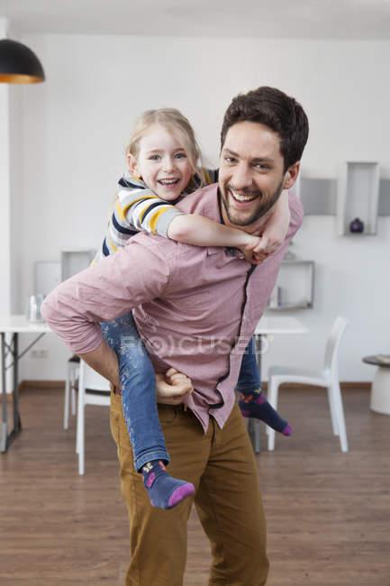 Père portant fille piggyback — Photo de stock