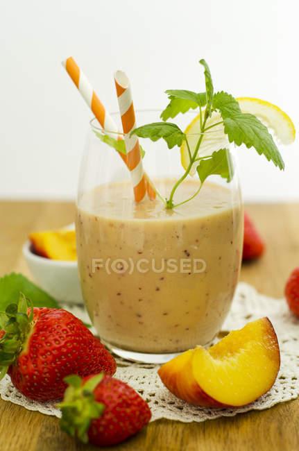 Vaso de batido de fresa de nectarina - foto de stock