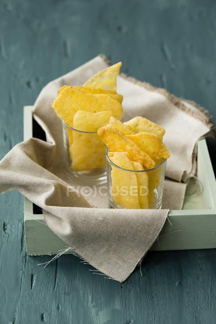 Käse-chips in Gläser auf Tablett — Stockfoto