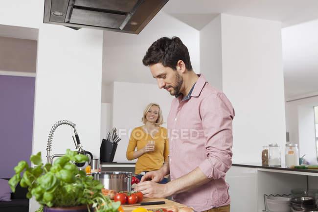 Casal cozinhando na cozinha em casa — Fotografia de Stock