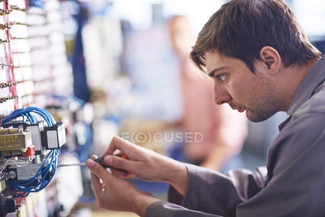 Elektriker arbeitet mit Schraubenzieher — Stockfoto