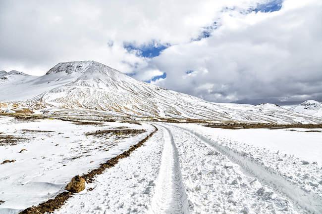 Исландия, Sudurland, Kerlingarfjoell, горный регион, заснеженные горы — стоковое фото