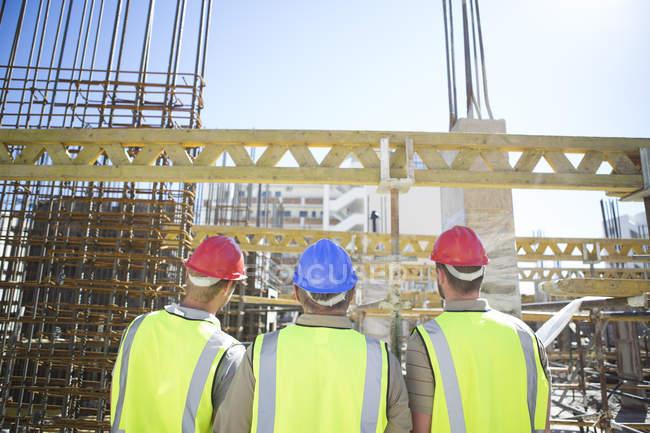 Трьох працівників будівництва в будівельному майданчику — стокове фото