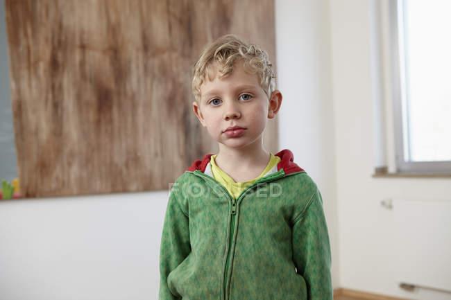 Retrato del chico rubio mirando a la cámara - foto de stock
