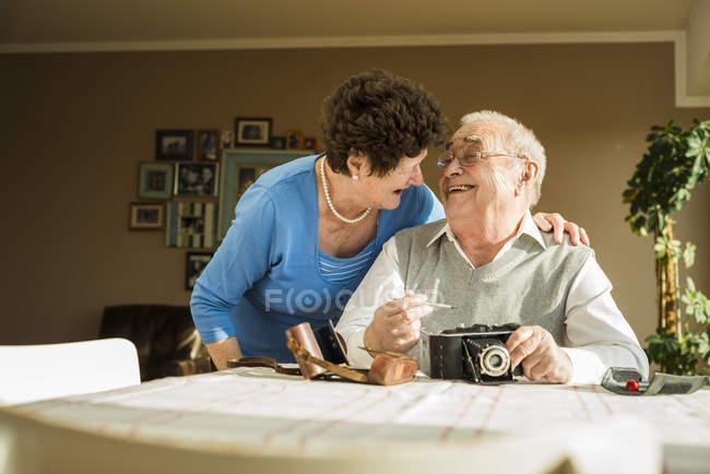 Couple de personnes âgées avec le vieil appareil photo à la maison — Photo de stock