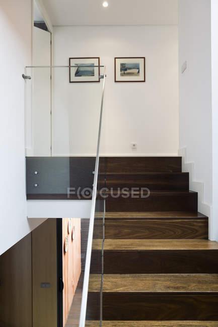Лестница со стеклянными перилами в современном доме одной семьи — стоковое фото