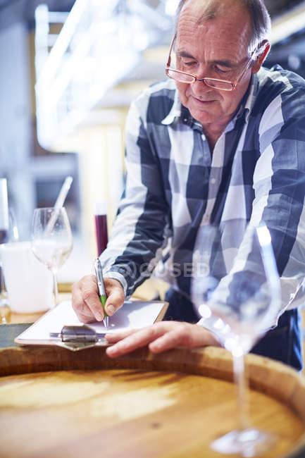 Probador de vino escrito en portapapeles - foto de stock