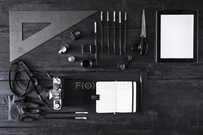 Камера, Примітка книга, цифровий планшет і інструменти на чорного дерева — стокове фото
