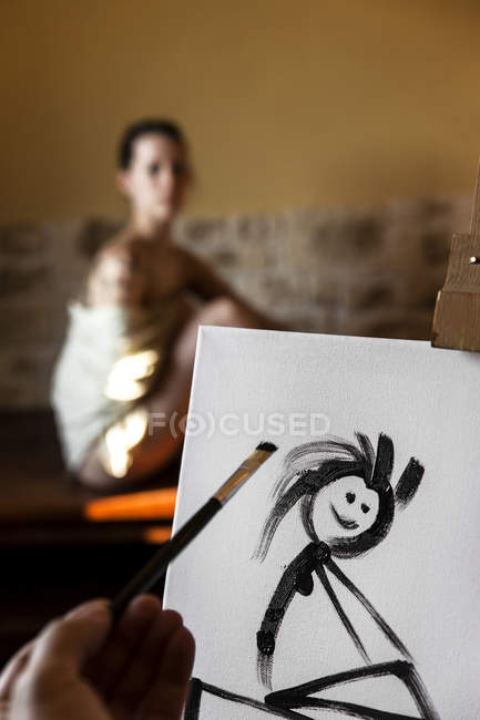 Inkompetent painter trying to paint woman's portrait — Stock Photo