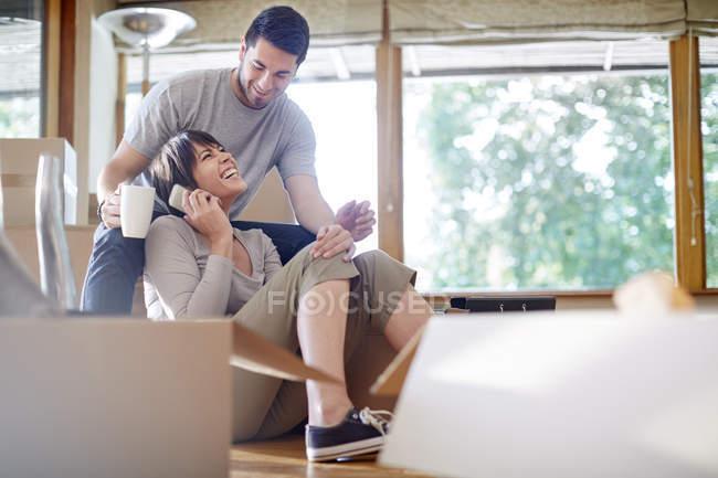 Couple moving house having a coffee break — Stock Photo
