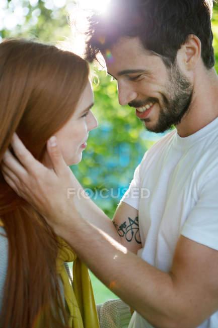 Молодая пара обмена интимный момент воздухе — стоковое фото
